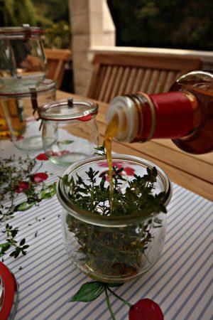Geschenkidee: Basilikumöl und Thymianessig